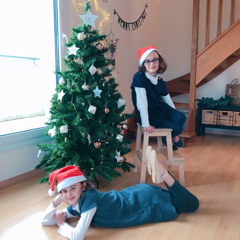 enfant décorant le sapin de Noël