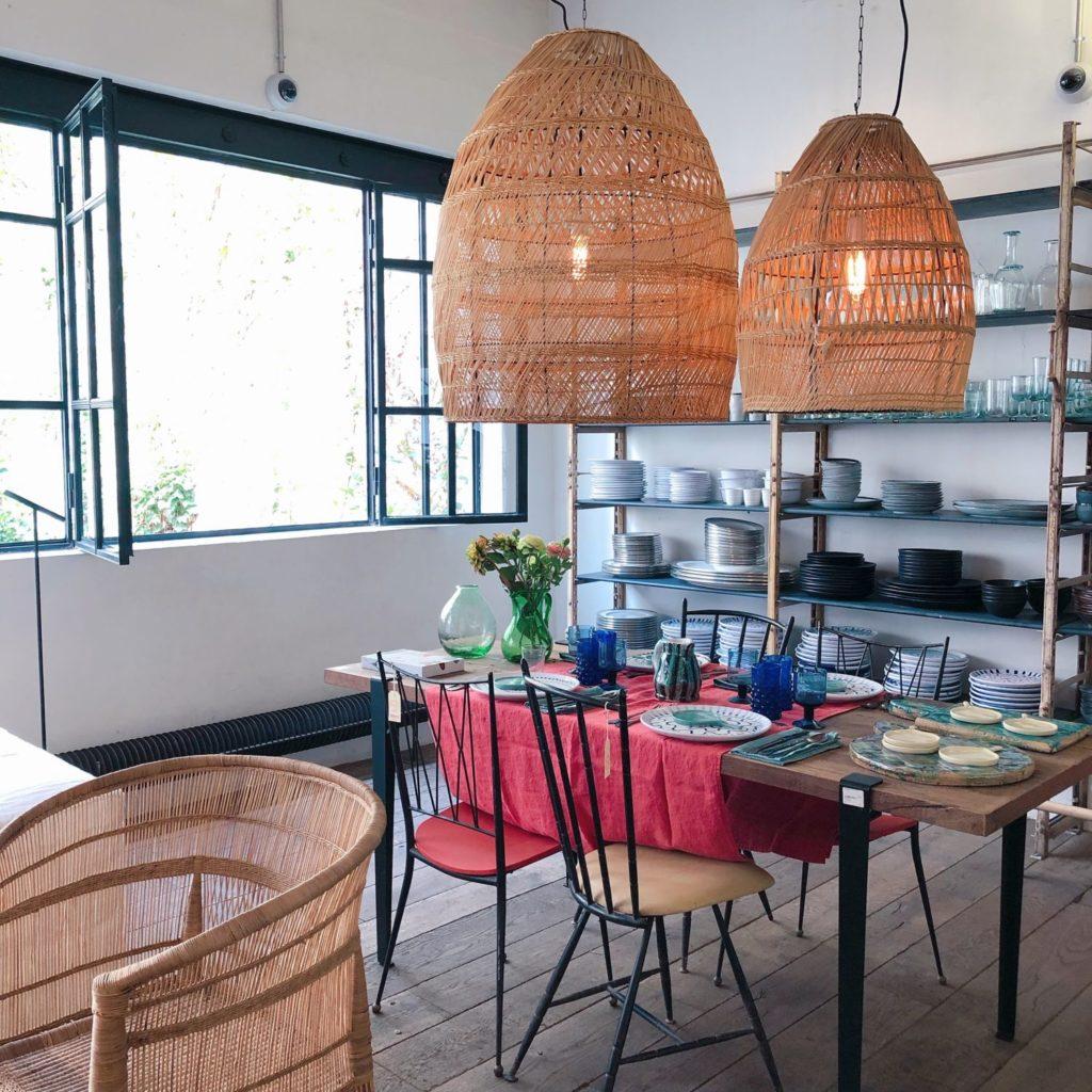 Merci Paris - table, chaises et lampes