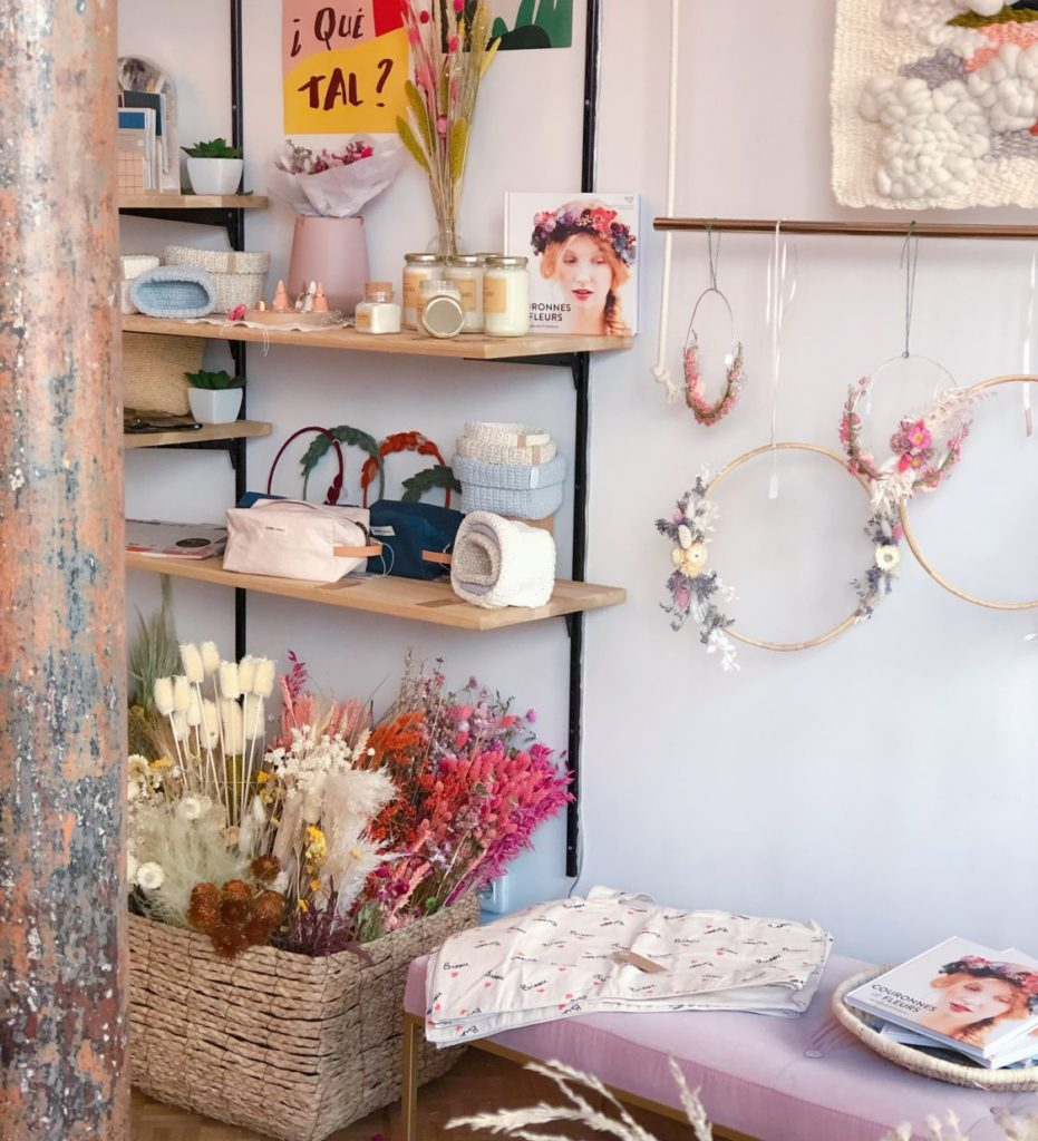 Seize Paris - intérieur boutique - couronnes de fleurs séchées